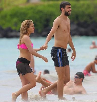 Шакира впервые после родов вышла на пляж в бикини