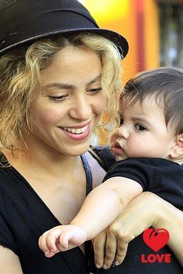 Всегда вместе: Шакира и ее сын Милан отправились за покупками
