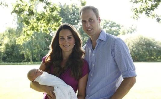 Первый семейный портрет Уильяма и Кейт с малышом