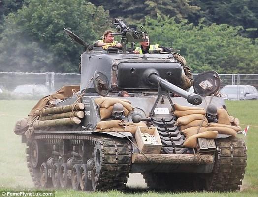 Брэд Питт пересел в танк Брэд Питт. брэд пит фильм танк