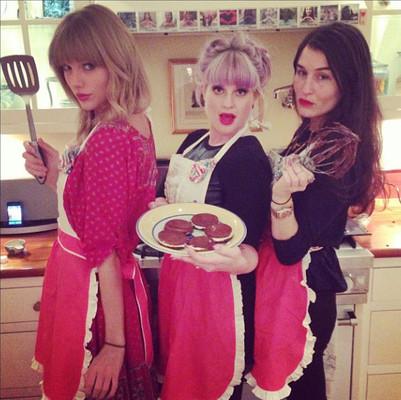 Тейлор Свифт помогает Келли Осборн нарушать диету