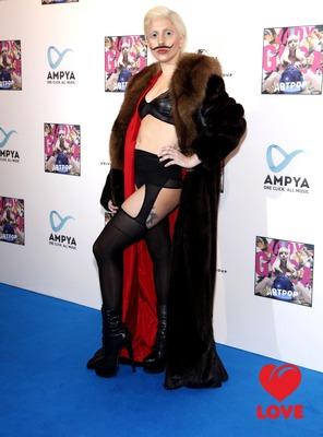 Lady Gaga отрастила себе усы