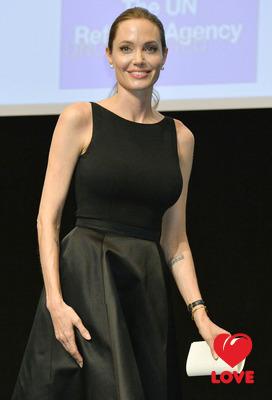 Анджелина Джоли поможет больным раком