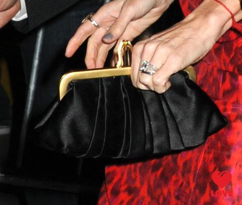 Деми Мур продала свое обручальное кольцо