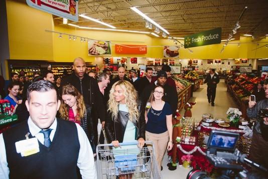 Бейонсе поздравила покупателей супермаркета с Рождеством