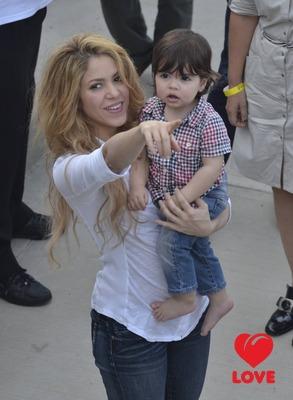 Шакира приучает сына к благотворительности