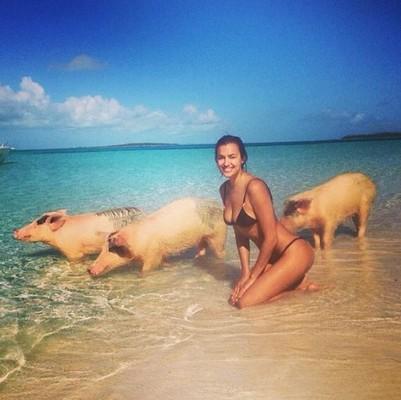 Пляжная экзотика. Ирина Шейк отдыхает со свиньями