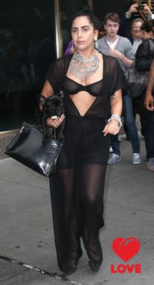 Леди Гага продолжает эпатировать общественность