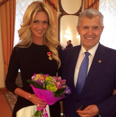 Виктория Лопырева получила медаль от правительства