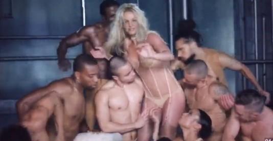 Кадр первой версии клипа Make Me