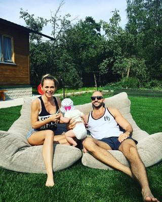 Анна Хилькевич с мужем и дочкой