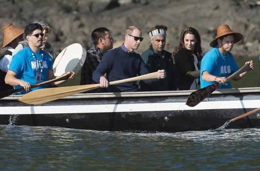 Кейт Миддлтон и принц Уильям с жителями островов Хайда-Гуа