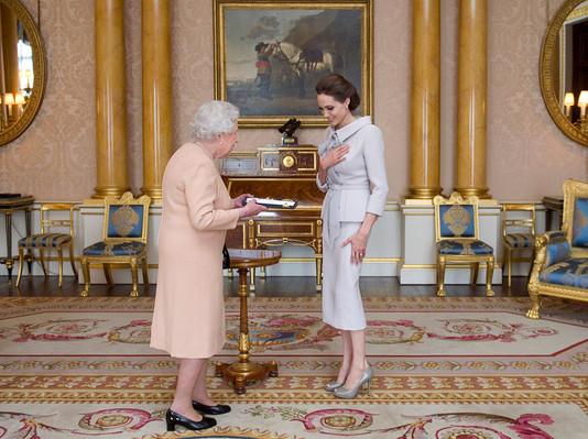 Анджелина Джоли и королева Елизавета II