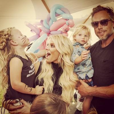 Джессика Симпсон с мужем Эриком и детьми Максвелл и Эйсом