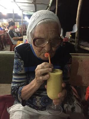 Елена Михайловна с удовольствием пробует экзотические напитки и блюда.