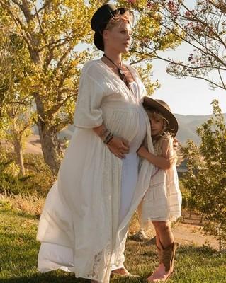 Беременная Pink с дочерью