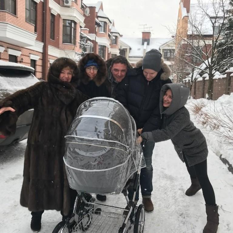 Ксения Собчак и Максим Виторган с семьей.