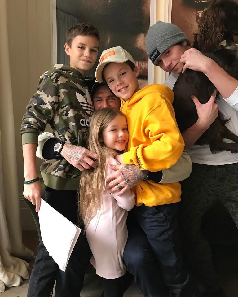 Дэвид Бекхэм в окружении своих детей