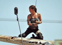 Алисия Викандер на съемках фильма «Лара Крофт»