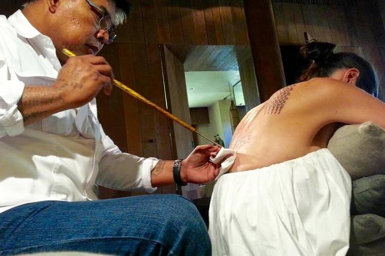 Анджелине Джоли делает тату тайский монах