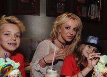 Бритни Спирс вместе с сыновьями и племянницей