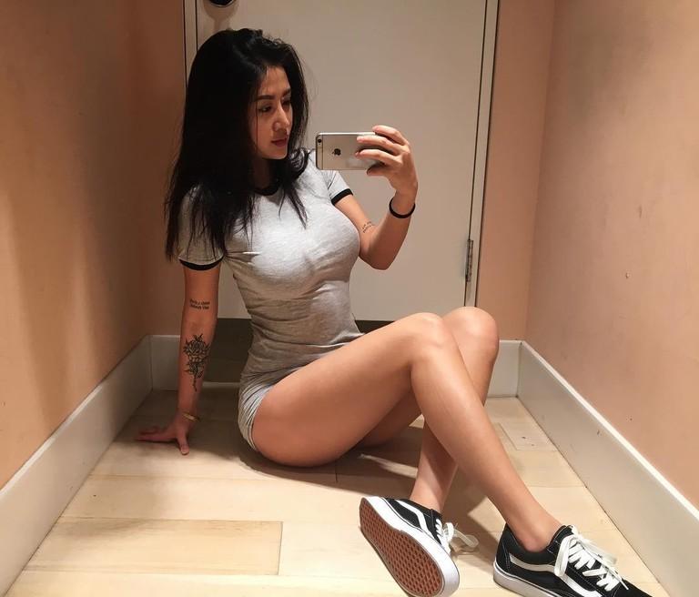 Сексуальная девушка в облигающей одежде