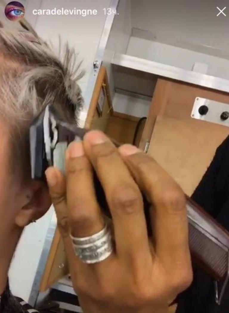 Кара Делевинь бреется налысо