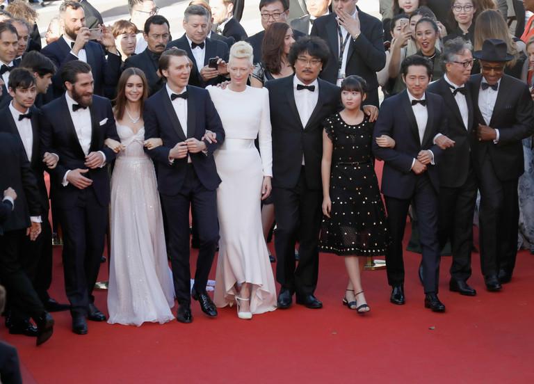 Джейк Джилленхол, Лили Коллинз, Пол Дано, Тильда Суинтон, Пон Джун-Хо с командой фильма «Окча»