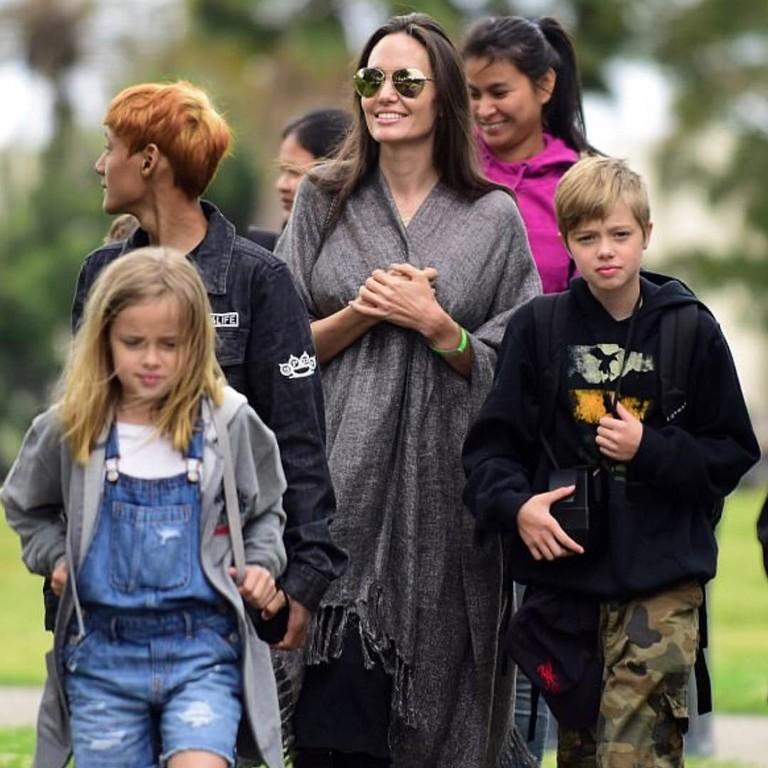 Анджелина Джоли с дочерьми Вивиан и Шайло
