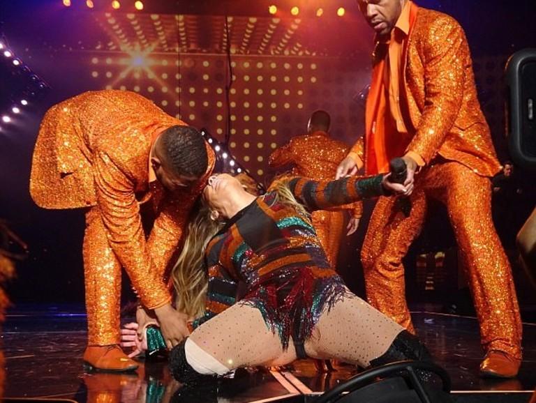 Дженнифер Лопес с танцорами
