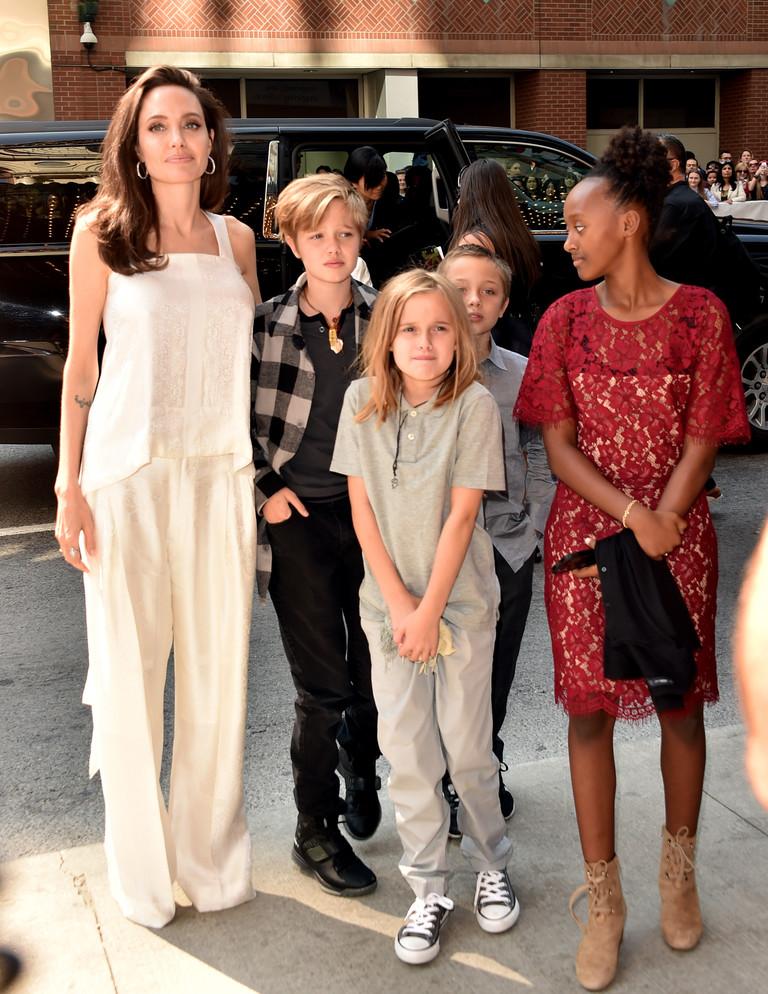 Анджелина Джоли с Шайло, Вивьен, Ноксом и Захарой