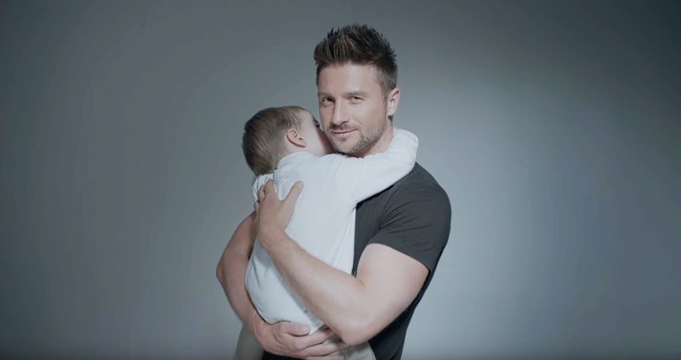 Сергей Лазарев с сыном / Кадр из клипа «Так красиво»