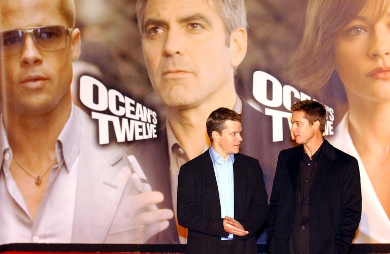 Мэтт Деймон и Брэд Питт на премьере «Двенадцать друзей Оушена» (2004 год)