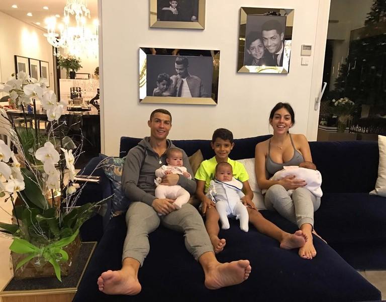 Криштиану Роналду с Джорджиной Родригес, сыном Криштиану-младшим, дочкой Аланой Мартиной и близнецами Матео и Евой