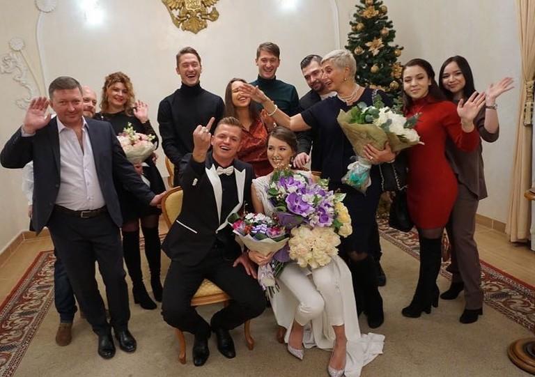 Дмитрий Тарасов и Анастасия Костенко с родными в ЗАГСе
