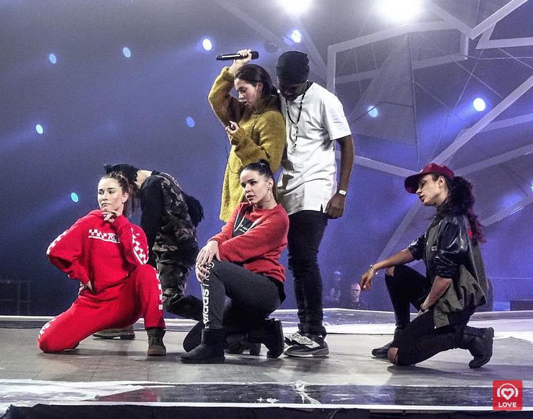Нюша с командой танцоров
