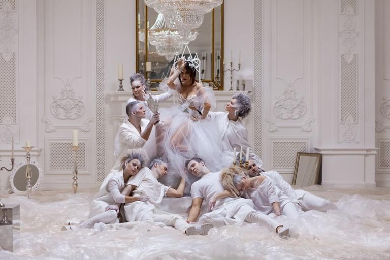 Анна Плетнева с танцорами