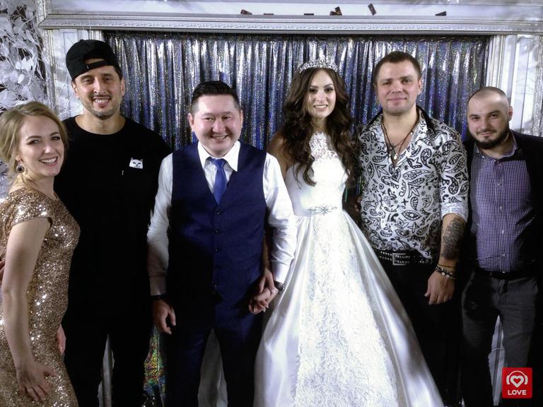 Молодожены Наталья и Юрий - победители акции «Свадьба мечты», группа «Градусы» и гости церемонии