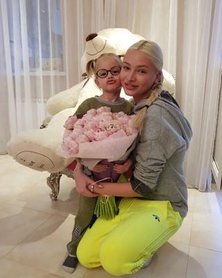 Алена Шишкова с дочкой Алисой