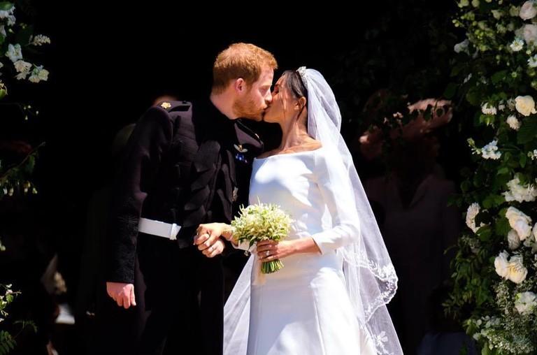 Муж и жена поцелуи — 1