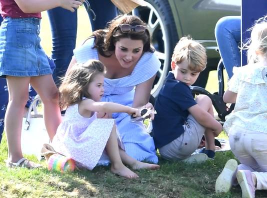 Кейт Миддлтон с принцессой Шарлоттой и принцем Джорджем