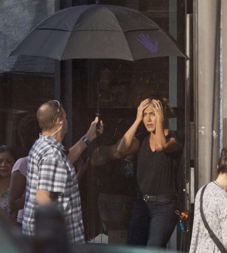 Дженнифер Энистон на съемках фильма «Загадочное убийство»