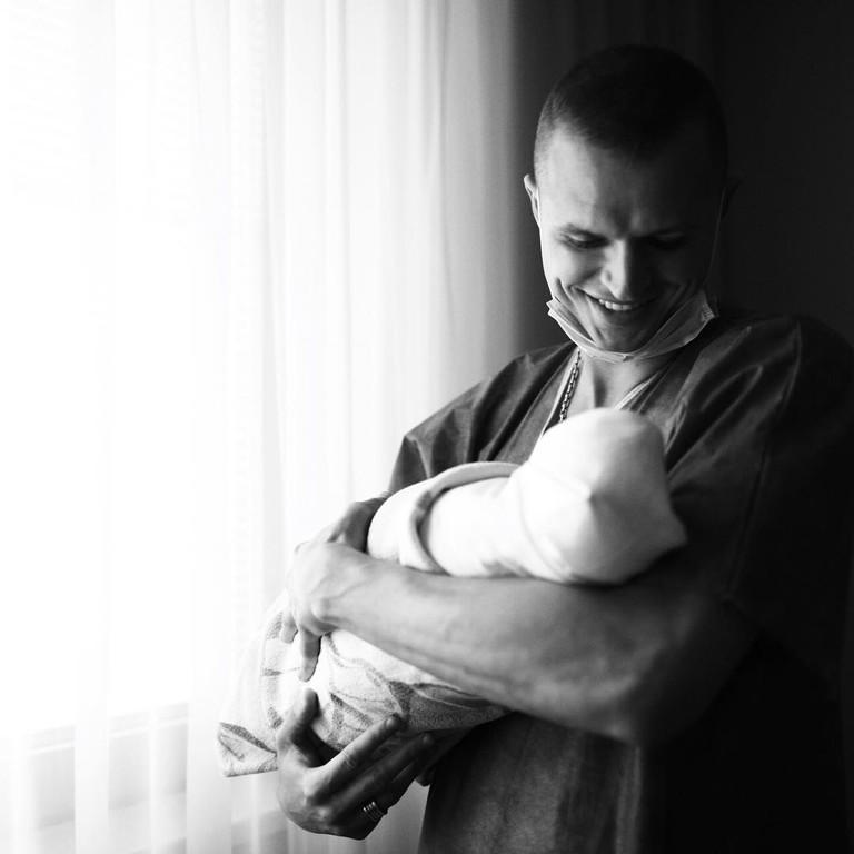 Дмитрий Тарасов с новорожденной дочкой
