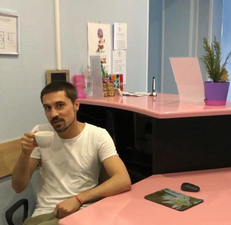 Дима Билан в своем мини-отеле