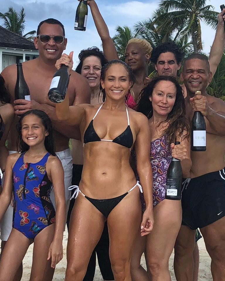 Дженнифер Лопес с семьей и друзьями