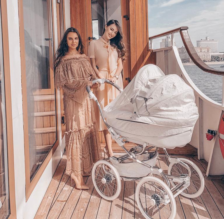 Анастасия Костенко с дочерью и кумой Ксенией