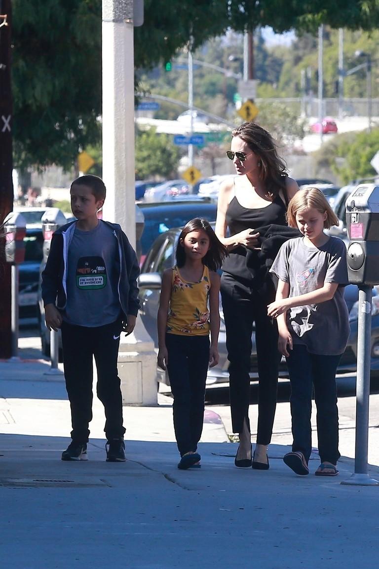 Анджелина Джоли с детьми и их подружкой