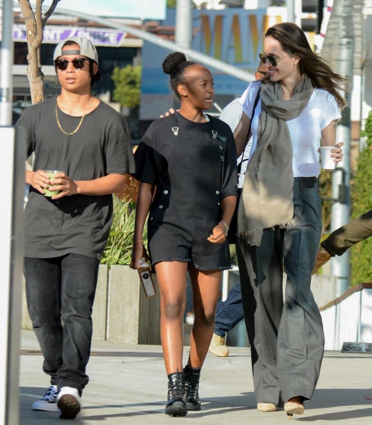 Анджелина Джоли с детьми Мэддоксом и Захарой