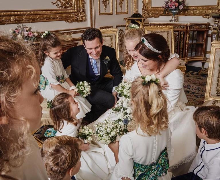 Принцесса Евгения и Джек Бруксбэнк с маленькими гостями свадьбы