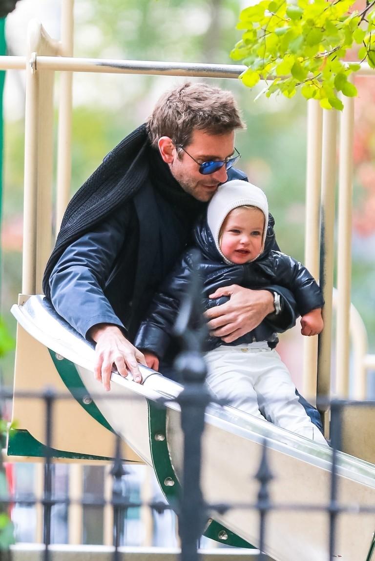 Брэдли Купер с дочкой на горке